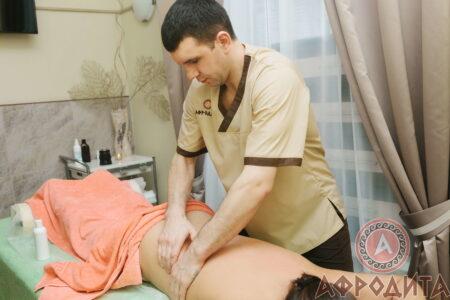Массажист Иван во время работы, спа-салон Афродита