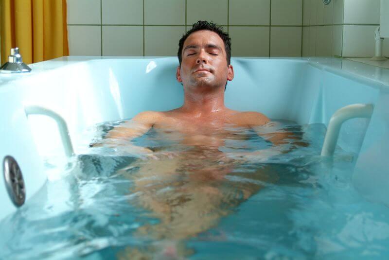 Мужчина на подводном массаже
