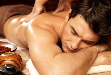 Массаж спины мужчины в спа салоне Афродита